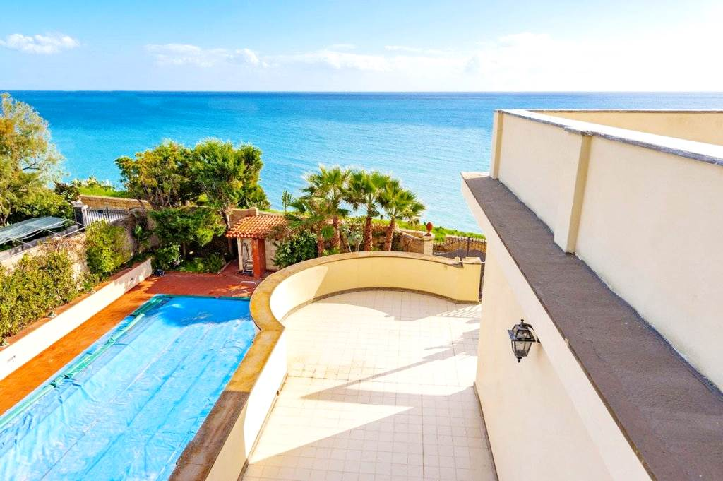 House for sale on the beach in Sicily | Pool | Seaview